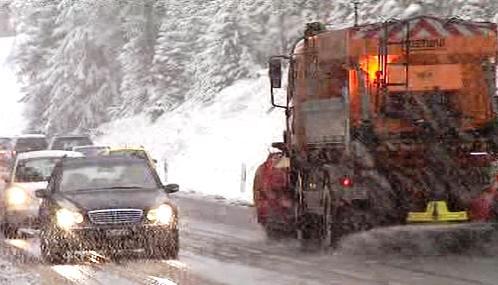 První sníh zkomplikoval život řidičům v Alpách