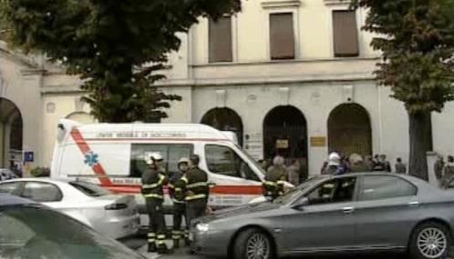 Italští záchranáři před kasárnami Santa Barbara