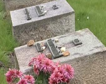 Poničený hřbitov v Terezíně