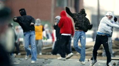Irští mladíci napadli policejní auta