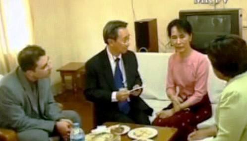 Su Ťij se zahraničními diplomaty