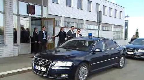 Jan Fischer odjíždí z letiště