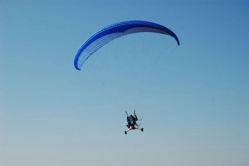 Slet motorového paraglidu