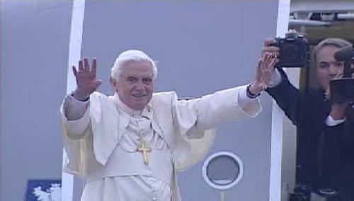 Papež naposledy zamával