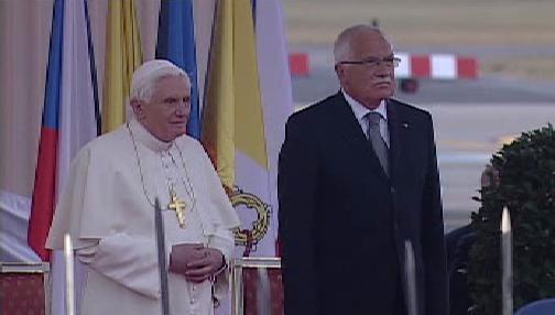 Papež Benedikt XVI. s prezidentem V. Klausem před odletem