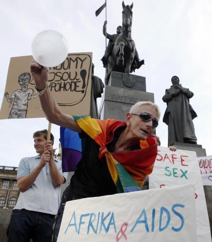 Protest proti papežovu postoji ke kondomům