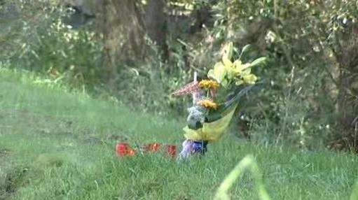Květiny na místě tragické jízdy