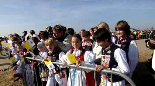 Děti v krojích čekají na papeže