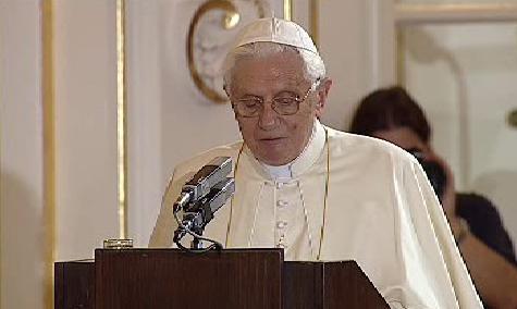Papež při projevu