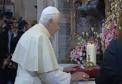 Papež s korunkou pro Pražské Jezulátko