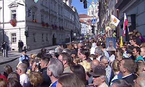 Davy čekající na příjezd papeže