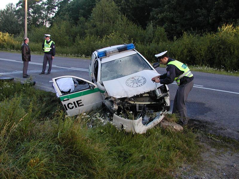 Policejní auto po nehodě
