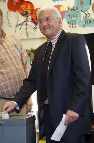 Frank-Walter Steinmeier vhazuje hlas do urny
