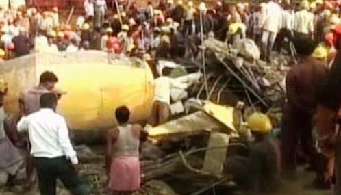 V Indii se zřítil rozestavěný komín