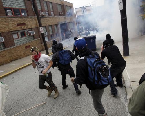 Policie opětuje útok demonstrantům slzným plynem
