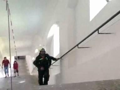 Hasič při běhu do schodů