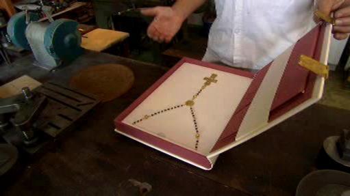 Cenný růženec určený pro papeže