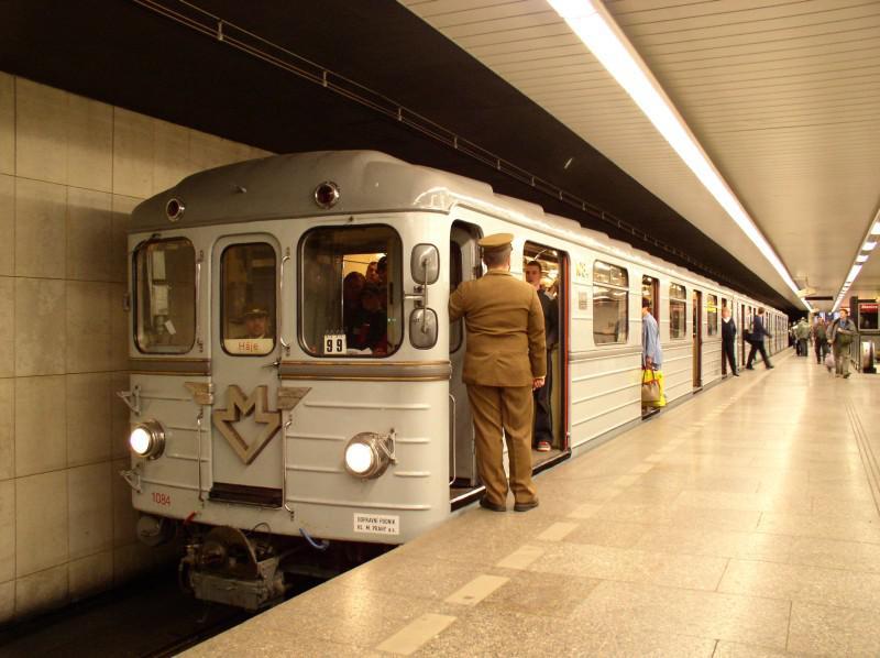 První vlaky metra