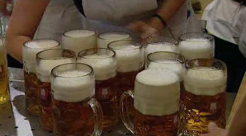 Pivo teče na Oktoberfestu proudem
