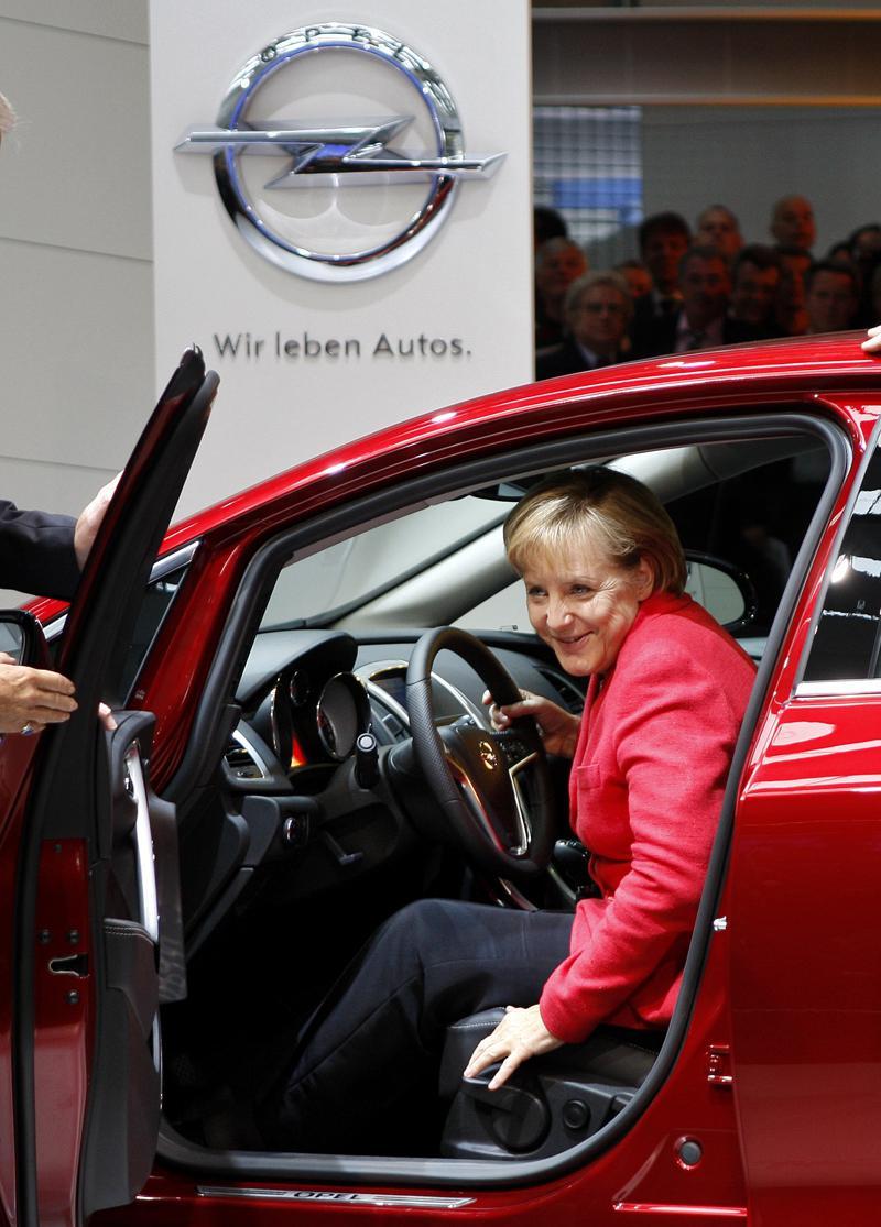 Angela Merkelová na autosalonu ve Frankfurtu