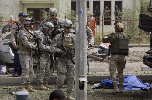 Američtí vojáci stojí u těla italského vojáka