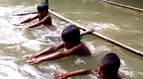 Bangladéšské děti se učí plavat