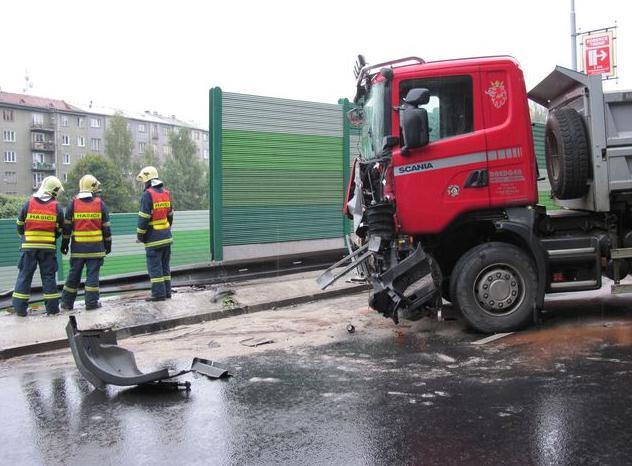 Kamion po nárazu do stěny