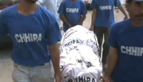 Pákistánští záchranáři odnášejí jednu z ušlapaných obětí