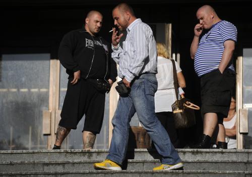 Trojice agresorů před policejní služebnou