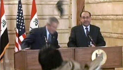 Muntadar Zajdí hází botou po Bushovi