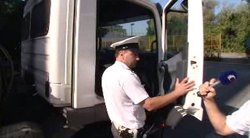Policista nastupuje do auta