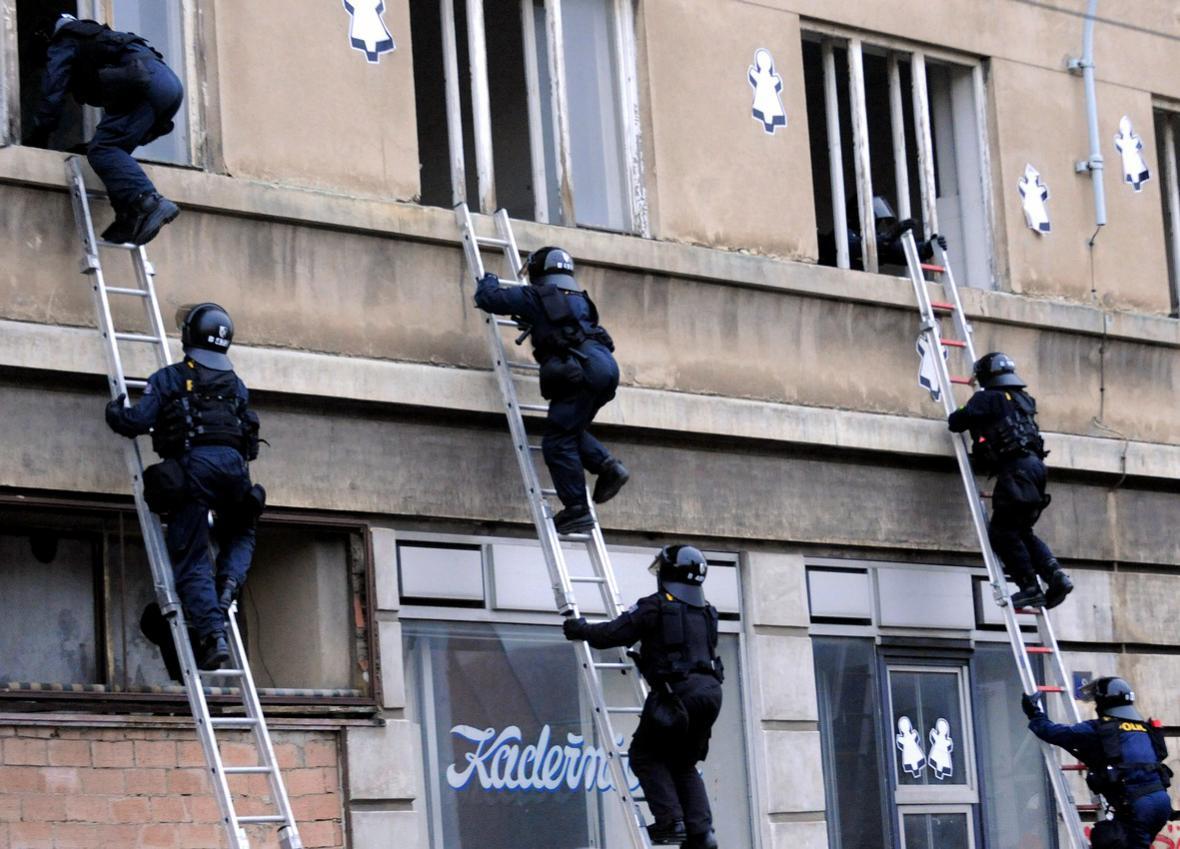 Policie vstupuje do domu obsazeného squattery