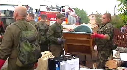 Vojáci odklízí následky záplav
