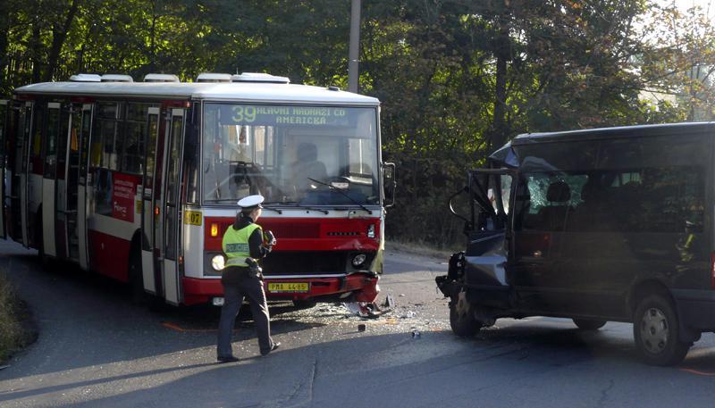 Střet autobusu s dodávkou