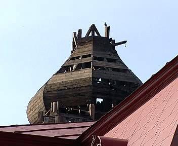 Poškozená věž kostela