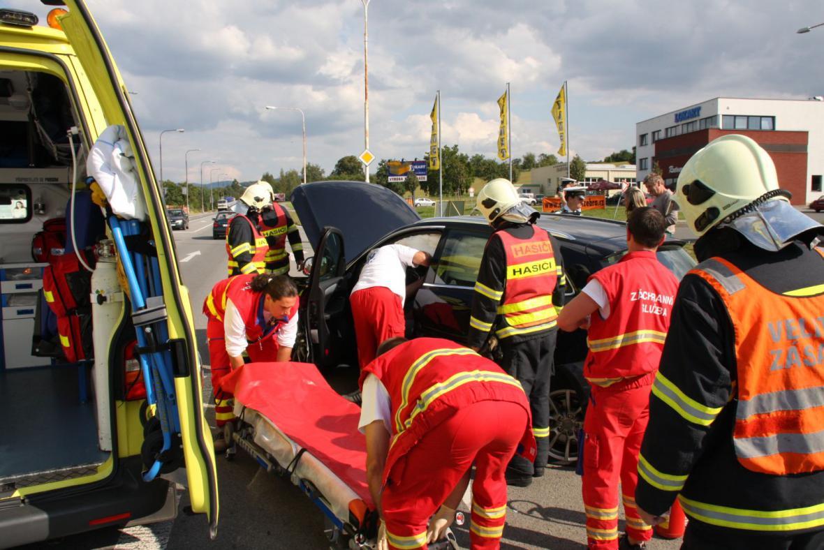 Zásah záchranářů a hasičů na místě nehody