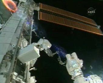 Oprava ISS astronauty Discovery