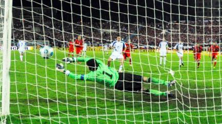 Hamšík dává z penalty gól