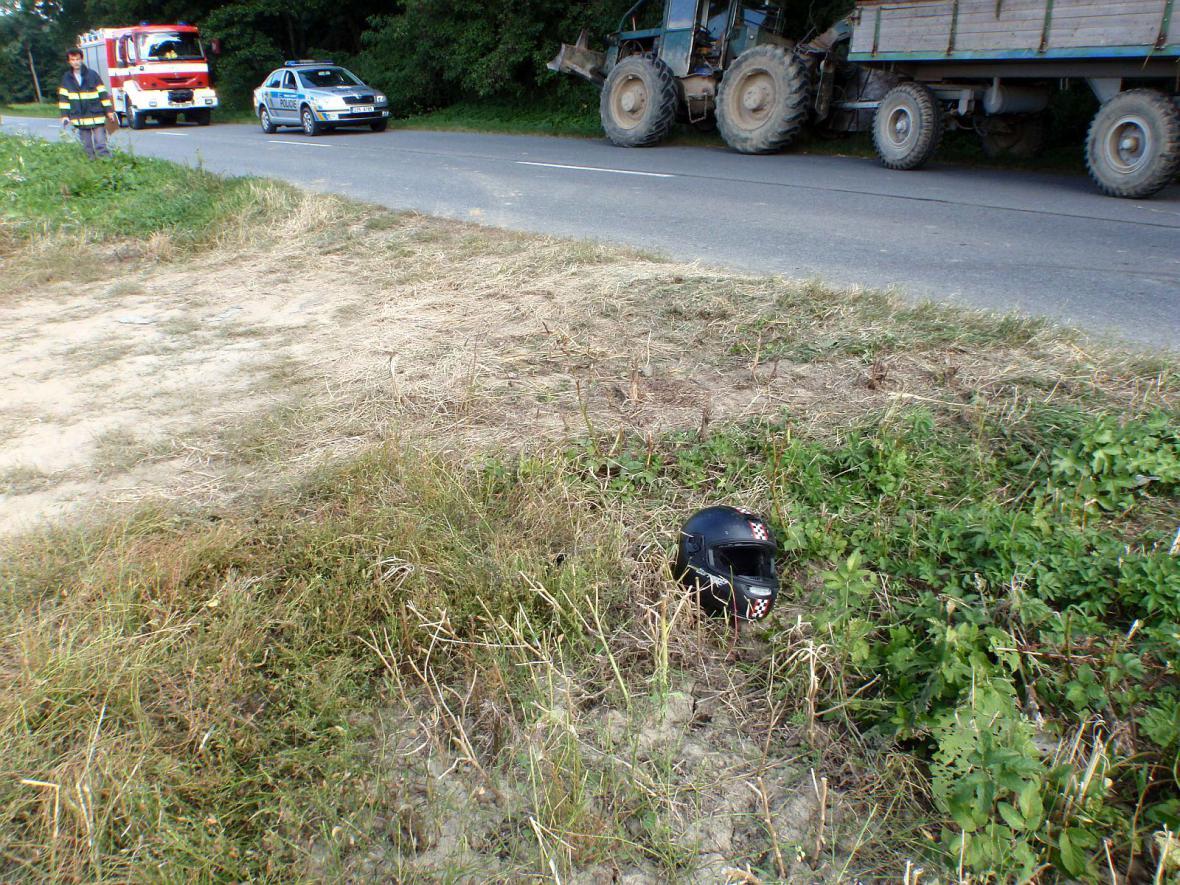 Střet motorkáře s traktorem