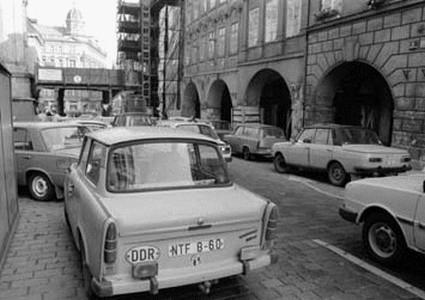 Prchající Němci kolem velvyslanectví zanechávali své vozy