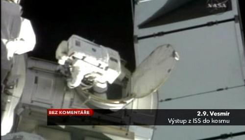 Astronatu vystupuje z vesmírného modulu