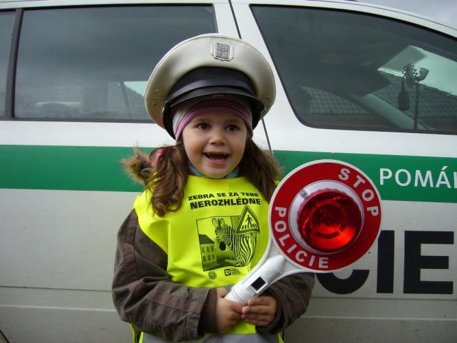 Dívka při dopravní akci