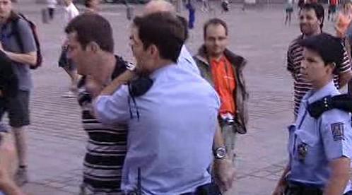 Policie odvádí vajíčkového útočníka