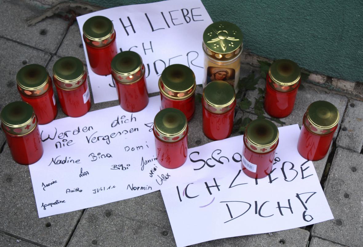 Svíčky na památku zastřeleného 14letého zloděje