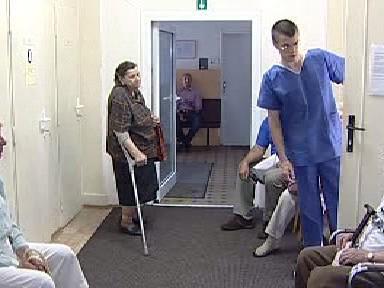 Pacienti v čekárně kraslické polikliniky
