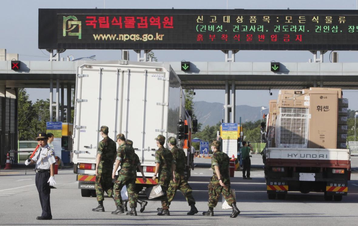 Jihokorejské kamiony čekají na průjezd na Sever