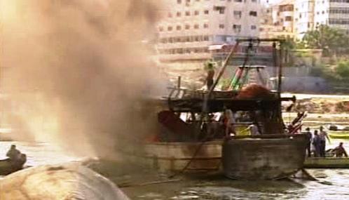 Hořící palestinský rybářský člun