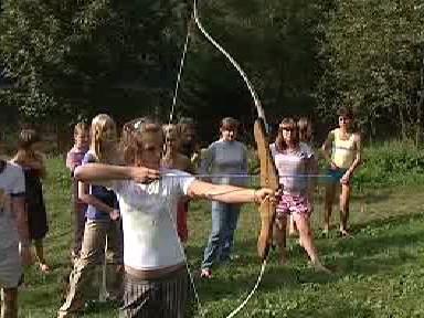 Ukrajinské děti soutěží ve střelbě lukem