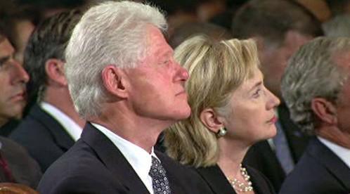 Bill Clinton s manželkou Hillary na pohřbu Edwarda Kennedyho