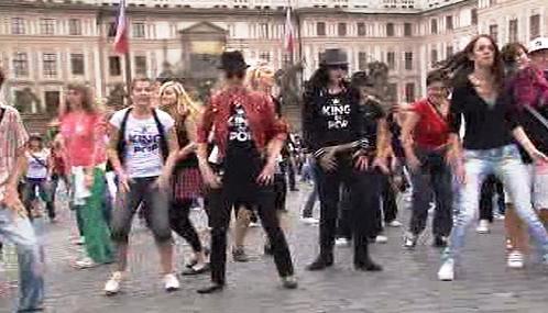 Tanečníci před Pražským hradem